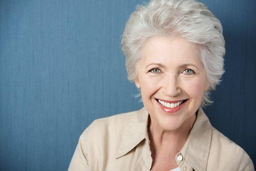 femme portant une prothèse dentaire