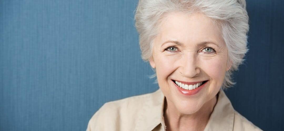 dame avec prothèse dentaire