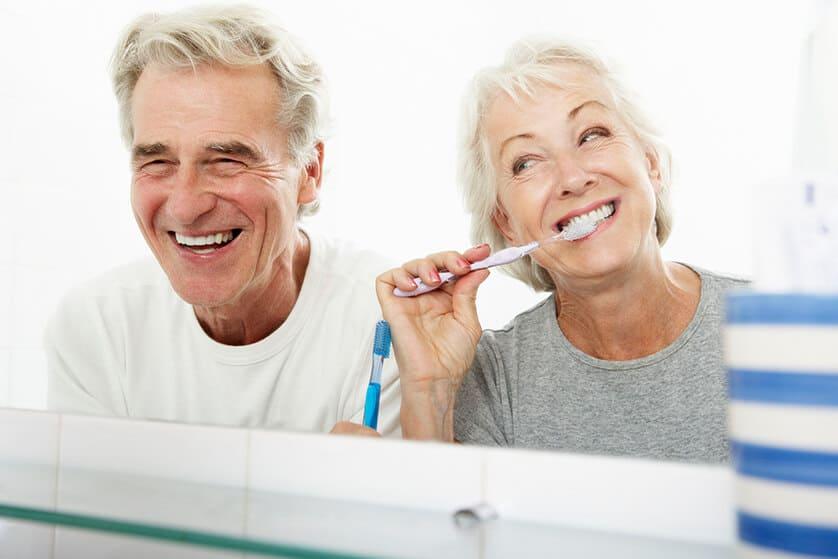 couple de seniors qui se brossent les dents