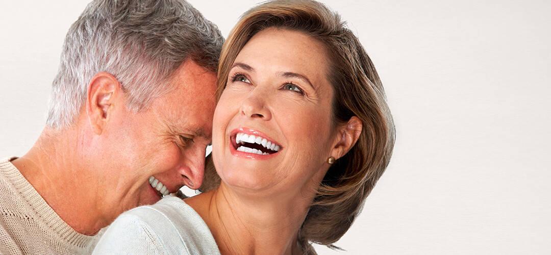 couple souriant et heureux