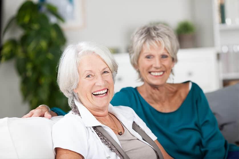 deux amies souriantes